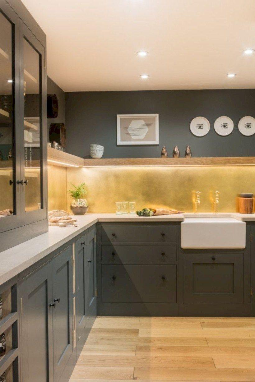 Tablier doré dans la cuisine