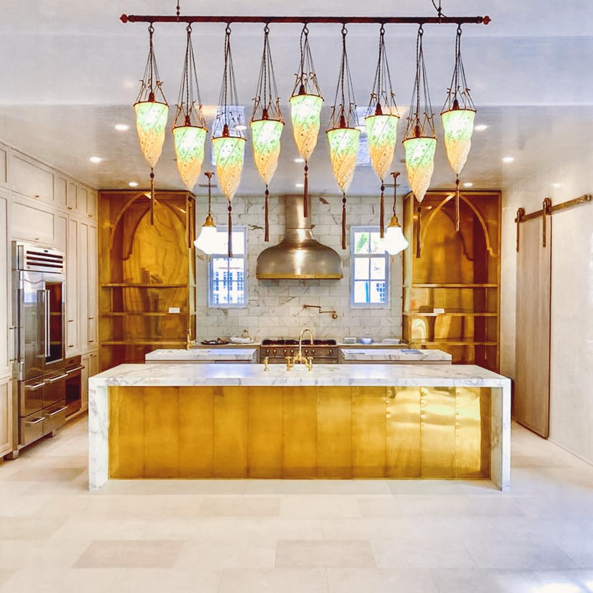 Hotte dorée dans la cuisine