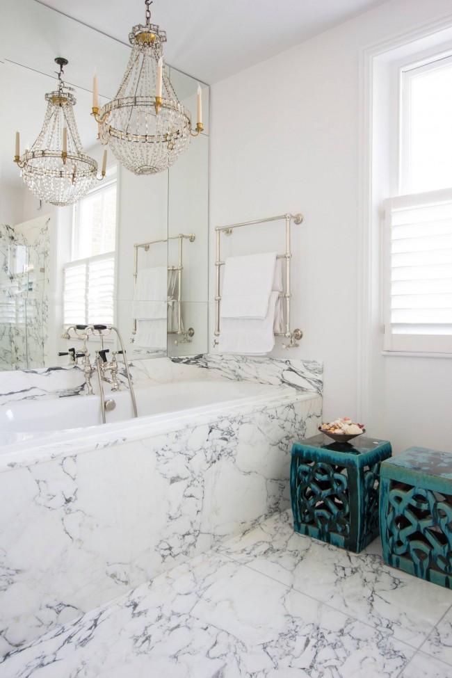 Salle de bain éclectique: murs blancs, lustre en cristal, marbre et accessoires marocains