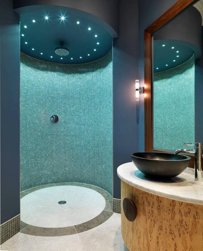 Mosaïque de verre sarcelle dans une salle de douche moderne