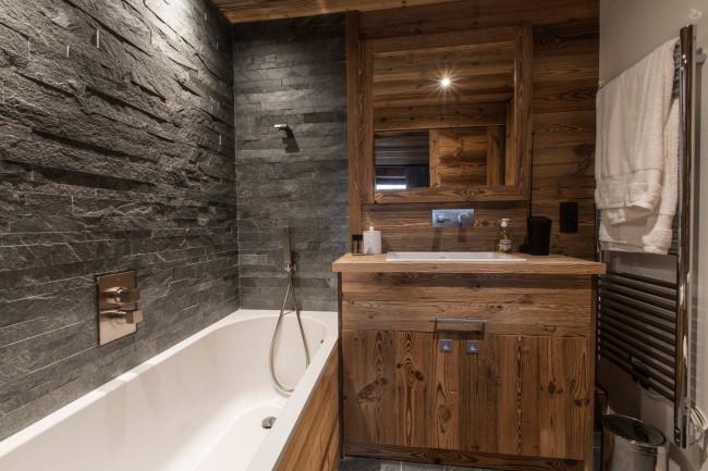 Salle de bain compacte de style chalet