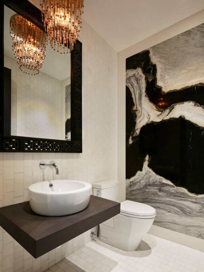 Intérieur de salle de bain moderne éclectique avec quelques touches Art déco