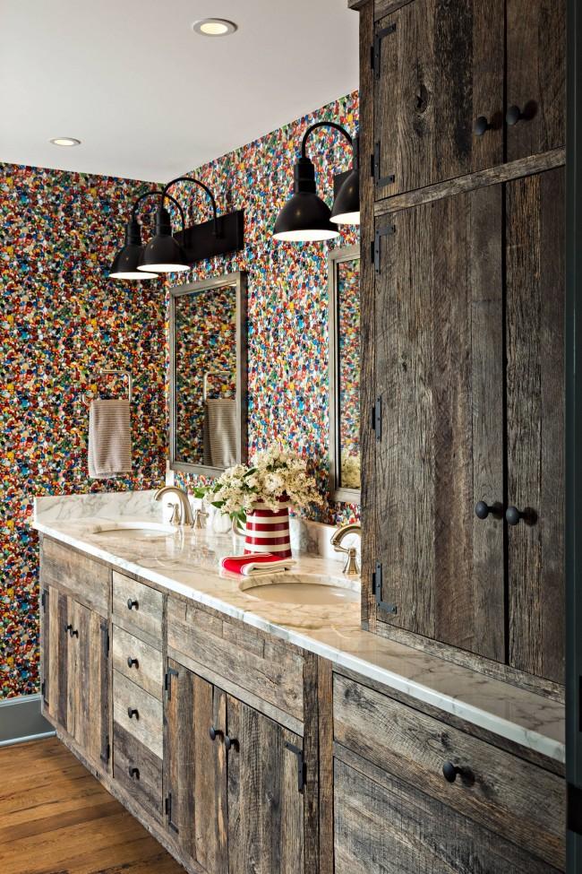 Une combinaison inattendue de murs multicolores et de marbre blanc dans un matériau pour un comptoir dans une salle de bain campagnarde