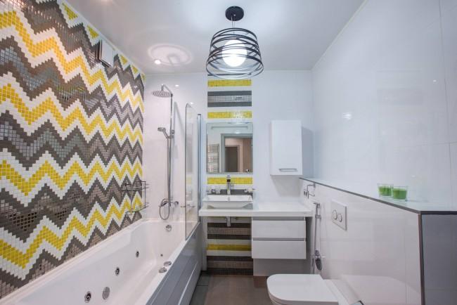 La combinaison de couleurs blanches, grises et jaunes dans la décoration des murs.  À propos, cette combinaison particulière est peut-être la plus courante et la plus préférée du design scandinave.
