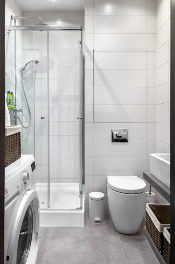 salle de bain blanche avec sol gris