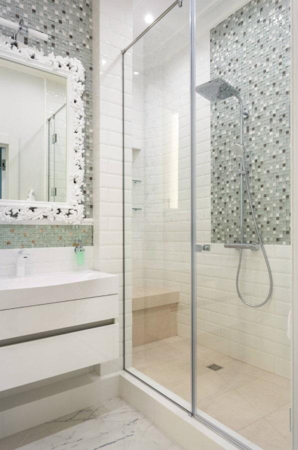 mosaïque dans la décoration de la salle de bain