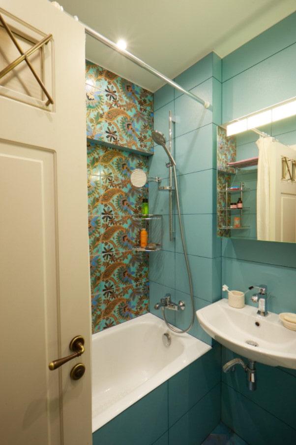 carrelage clair dans la salle de bain