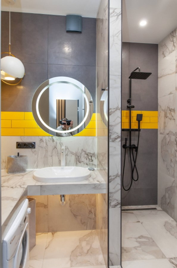 salle de bain avec douche et lave-linge