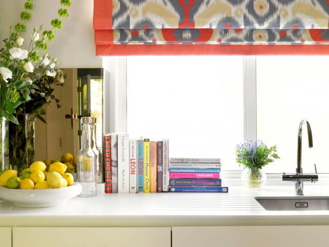 Les couleurs rétro et les motifs complexes semblent organiques sur ce type de rideau