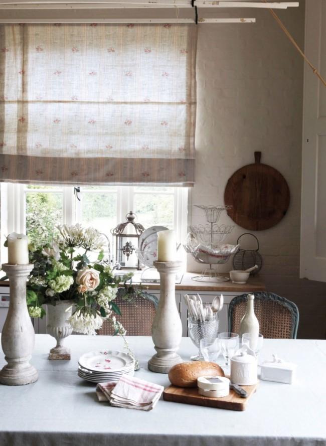 Fines rideaux lumineux dans la cuisine provençale