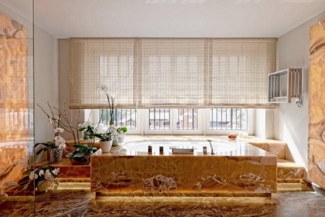 Rideaux en bambou dans une salle de bain spacieuse avec de grandes fenêtres