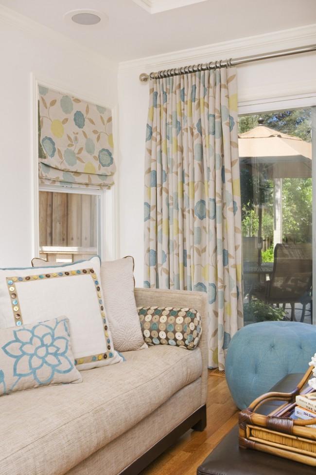 Le design des rideaux s'intègre dans l'aspect général de l'intérieur et est combiné avec des rideaux, des oreillers et d'autres textiles de maison