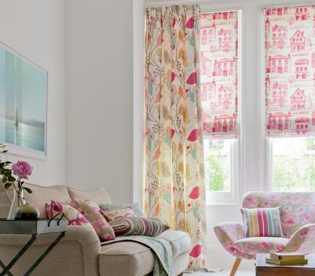 Délicats rideaux romains roses avec un motif dans le salon