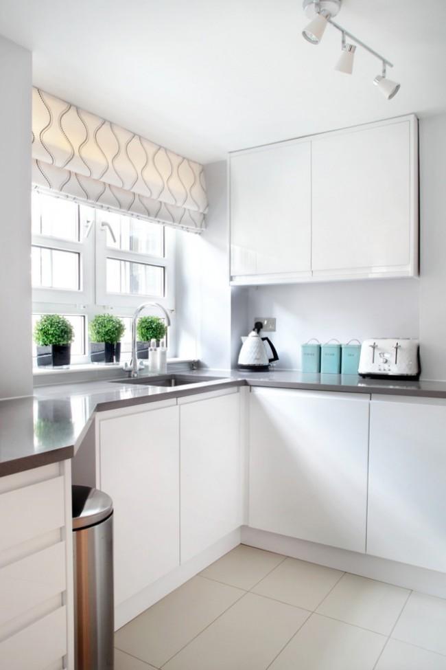 Lors de la cuisson et du lavage de la vaisselle, il vaut mieux ne pas oublier de lever le rideau loin de la surface de travail.