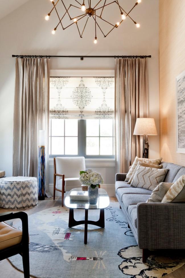 Rideau romain et ordinaire dans des tons clairs.  Cela permet à la lumière du jour de se diffuser doucement dans la pièce.