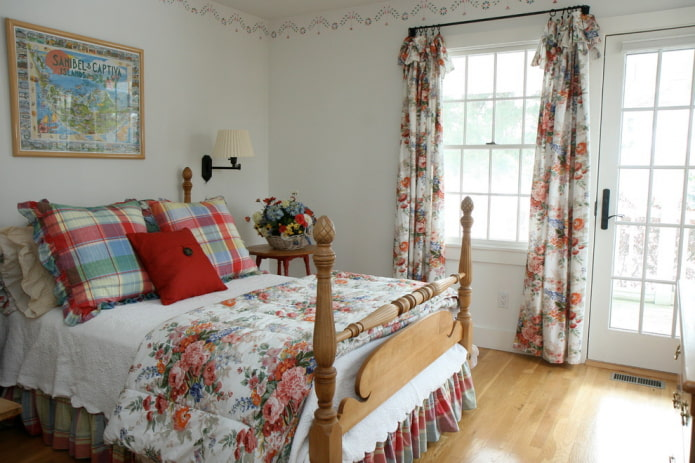 rideaux fleuris dans la chambre