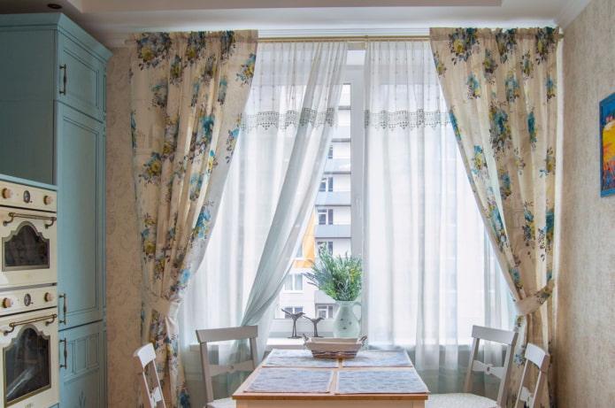 rideaux avec des fleurs