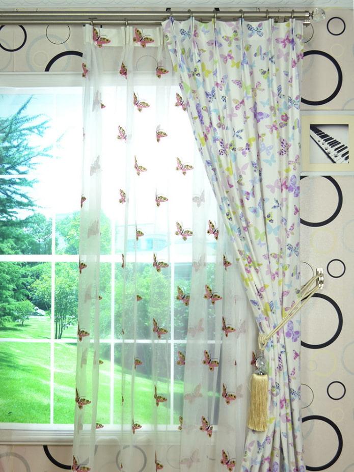 rideaux avec des papillons à l'intérieur