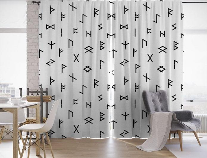 rideaux avec des hiéroglyphes à l'intérieur