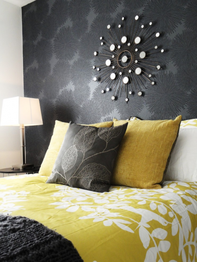 Les textiles jaunes aideront à rendre l'intérieur plus contrasté.