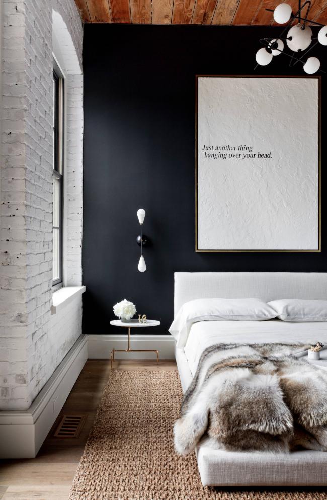 Belle chambre décorée dans un style loft