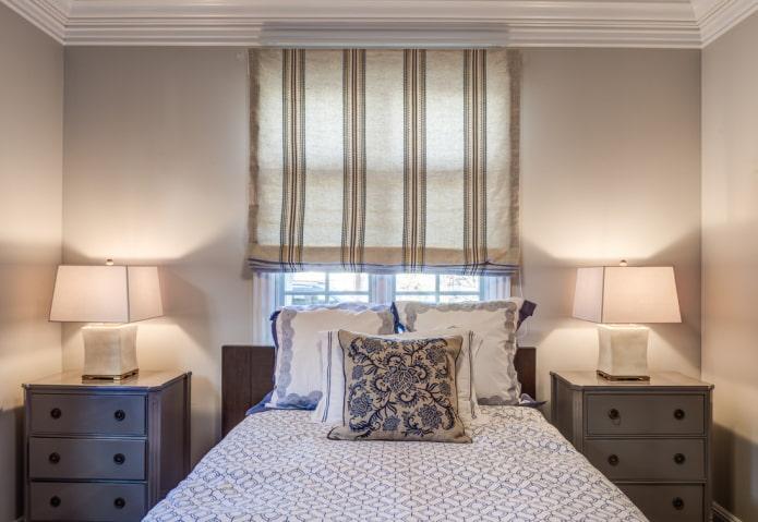 rideaux romains en lin dans la chambre