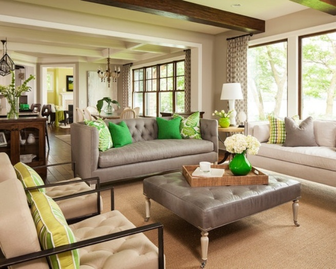 Salon pastel avec de riches accents verts