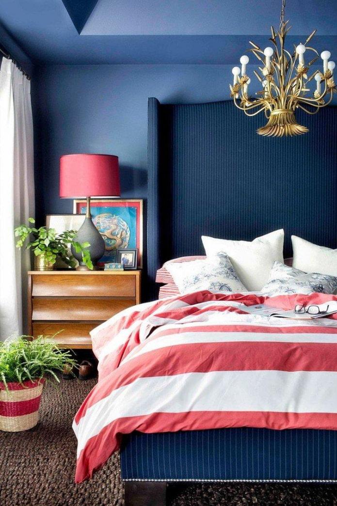 chambre bleue avec des accents rouges