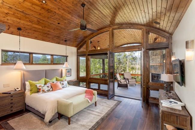 Une excellente option pour une maison de campagne, un design de plafond inhabituel et des cloisons en verre ajouteront de l'espace à la pièce