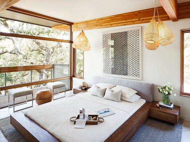 Belle chambre lumineuse avec vue panoramique, décorée dans un style éco