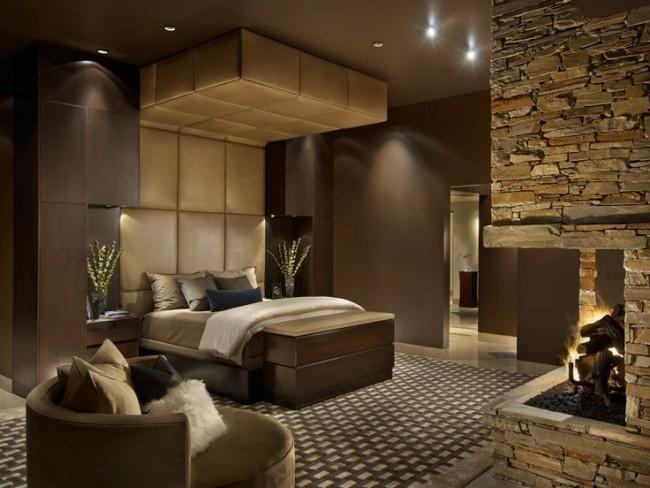 Chambre élégante aux couleurs pastel.  La cheminée et d'autres éléments intérieurs rendent la pièce encore plus chaleureuse et plus confortable.