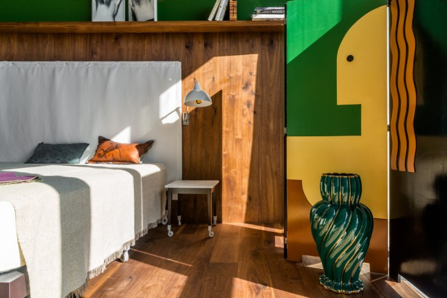 Pour les grands fans de style ethnique - une option de conception de chambre lumineuse et austère.