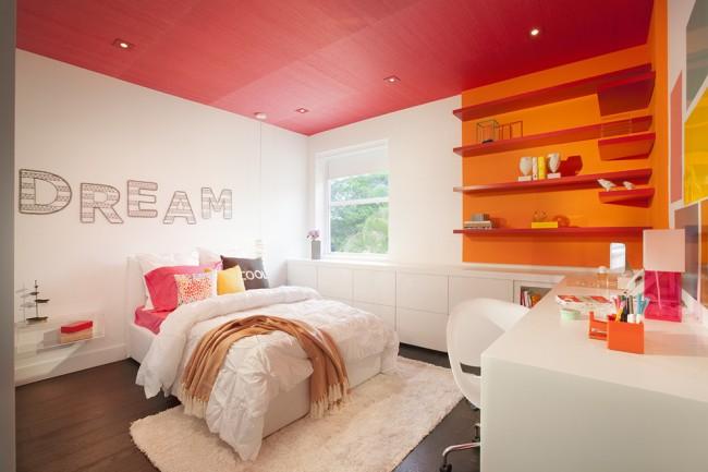 Chambre high-tech aux couleurs vives