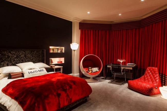 Belle chambre lumineuse avec un mobilier insolite, aux couleurs chaudes