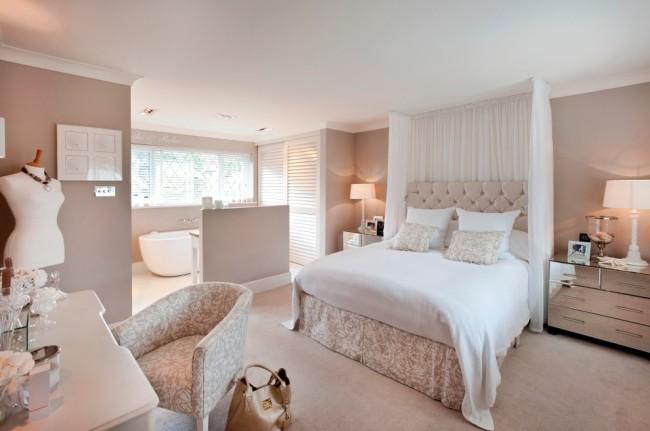 Chambre classique aux couleurs blanches.