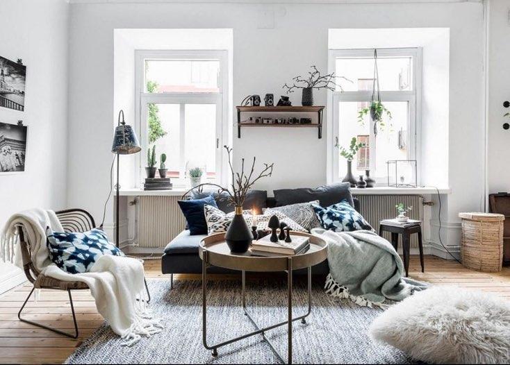 Lampadaires, lampes de table, mini lampes et même bougeoirs: un salon de style scandinave doit être éclairé à tout moment de la journée