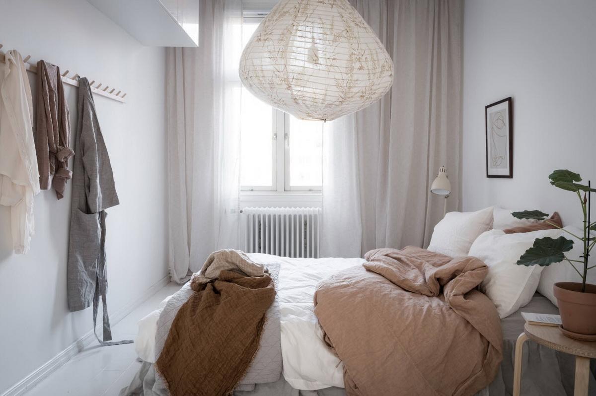 Les murs peints en blanc et les meubles de couleur claire rendent la pièce plus confortable
