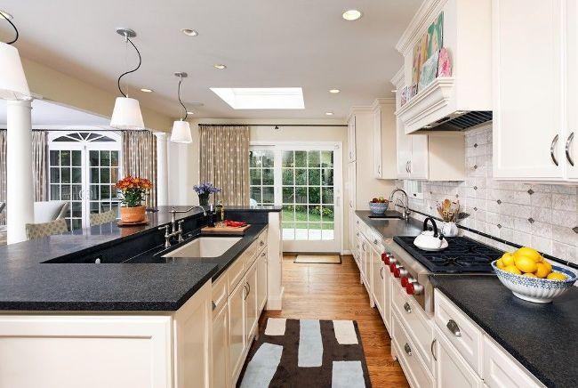 De jolis rideaux à pois sur les fenêtres et les portes de la cuisine