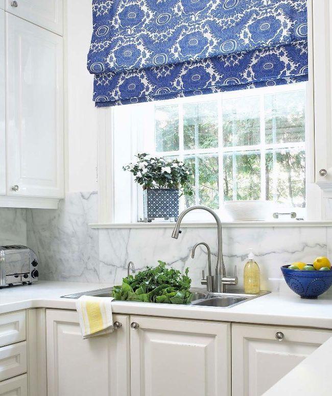Store romain avec motif bleu dans la cuisine