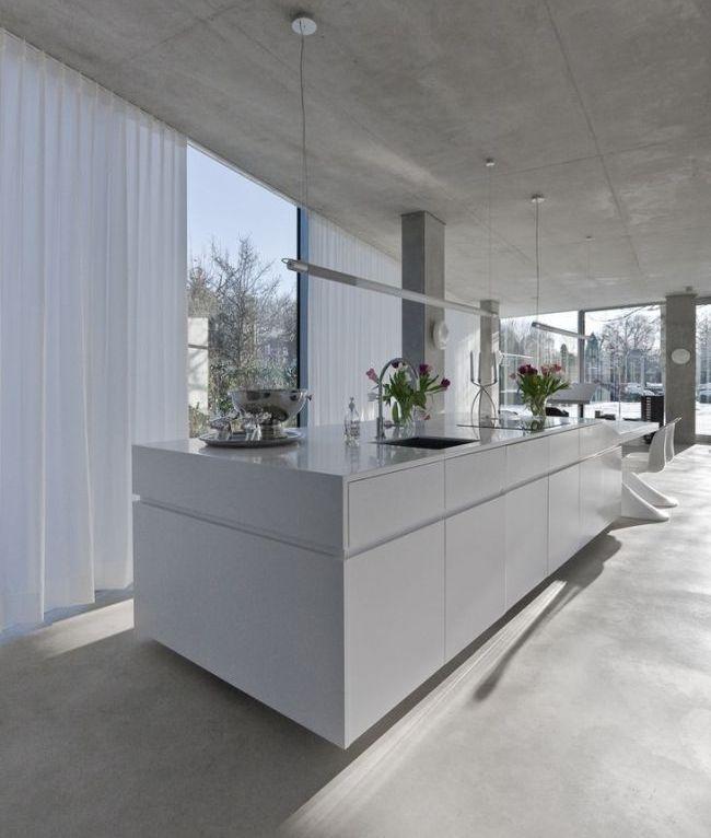 Rideaux blancs dans la cuisine dans le style du minimalisme