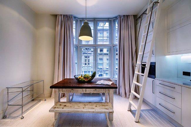 Beaux rideaux élégants dans la cuisine