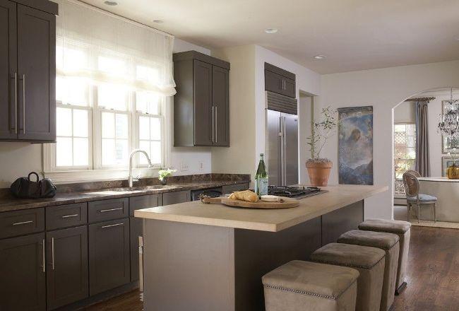 Si les meubles de cuisine sont situés sous la fenêtre, privilégiez les rideaux courts