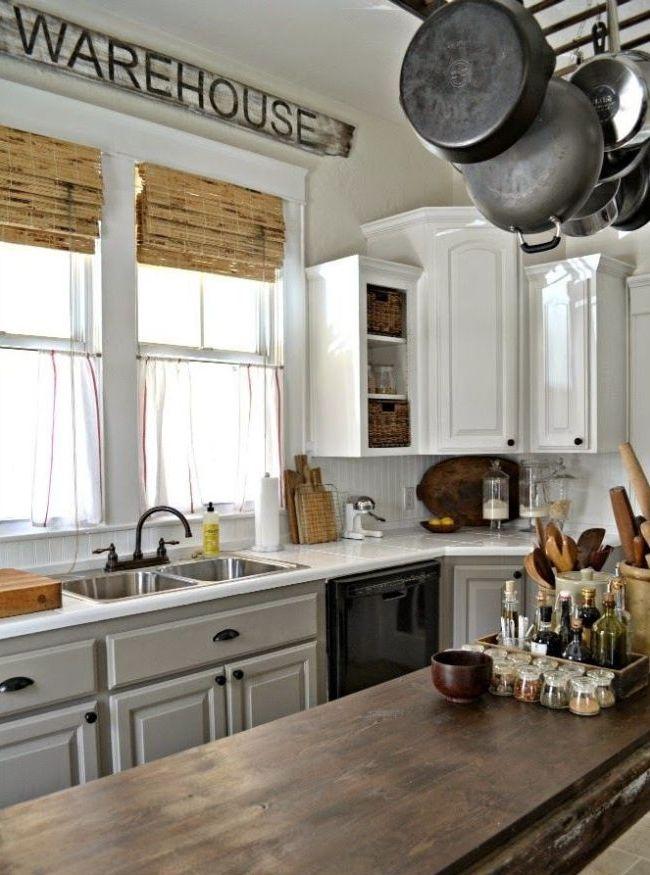 La combinaison originale de rideaux en tulle et de rideaux en bambou dans la cuisine