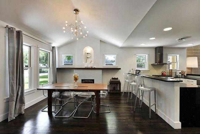 Pour obtenir plus de lumière du soleil dans la cuisine - utilisez des rideaux battants et abandonnez le tulle