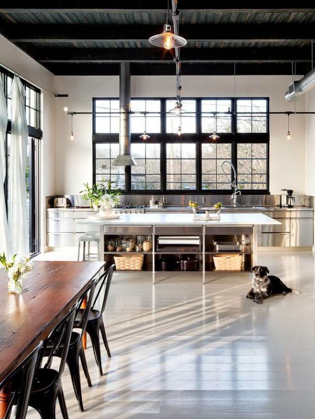 La combinaison d'une pièce blanche et d'un ensemble de cuisine métallique est sans aucun doute l'option la plus élégante pour décorer un intérieur de cuisine.