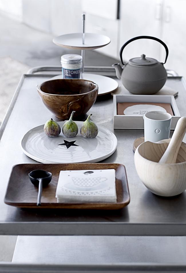La vaisselle, les luminaires et autres éléments décoratifs discrets ajoutent de la couleur au style.