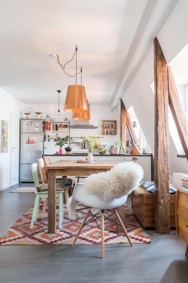 Les nuances claires et les formes laconiques élargissent visuellement un petit espace, et les matériaux naturels et les textures expressives rendent un design de cuisine de style scandinave vraiment confortable