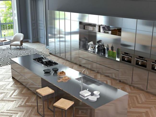 Beaucoup de détails, un ordre strict des articles en métal des ustensiles de cuisine donnent à l'intérieur une harmonie de style techno