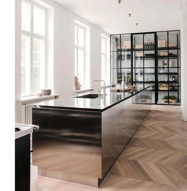 Dans une cuisine de style techno, la plupart des représentants de la jeunesse moderne se sentent très à l'aise.  Il y aura sûrement ceux qui aiment les éléments de l'acier, du verre et des nuances de gris.