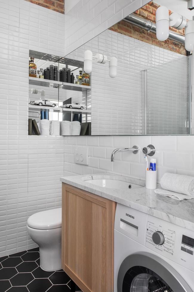 Plan de travail solide au-dessus de l'armoire et de la machine à laver dans laquelle l'évier est installé